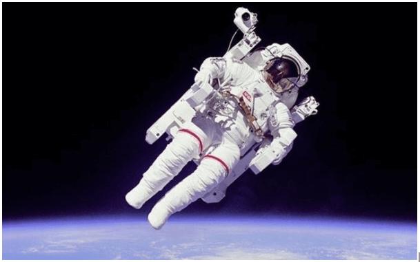 astronauta en caída libre con mochila propulsora