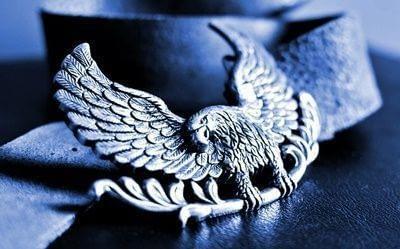 poner un águila en un cinturón es una horterada